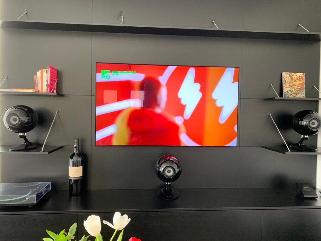 מסך OLED ומערכת קולנוע ביתי