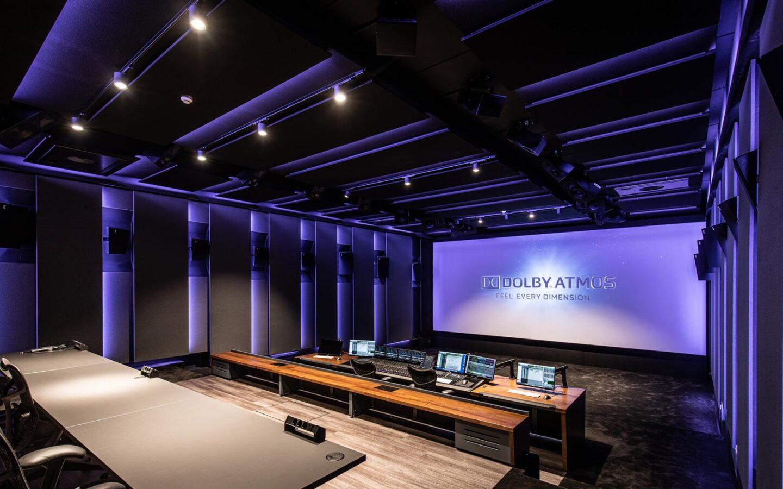 חדר סטודיו מיקס של STMPD עם מסך DOLBY ATMOS