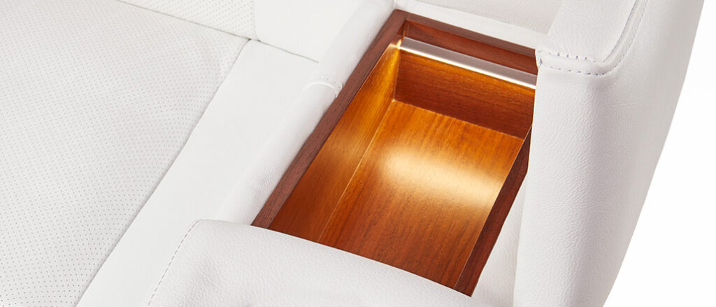 תא אחסון לבן MOOVIA בגימור עץ ותאורה