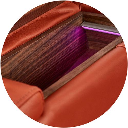 תא אחסון כתום MOOVIA בגימור עץ ותאורה סגולה