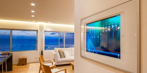 חשמל חכם על אייפאד כסאות ונוף לים